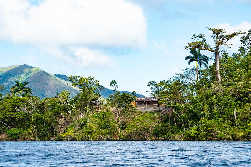 Bauernhaus am Ufer des Hanabanilla Sees